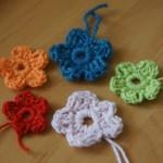 для сумочки вяжем цветочки из разной пряжи