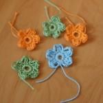 вяжем 5 цветочков, (как вязать цветочки см. мастер-класс по сумке)