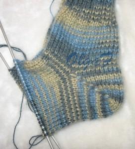 вяжем носки на двух спицах.