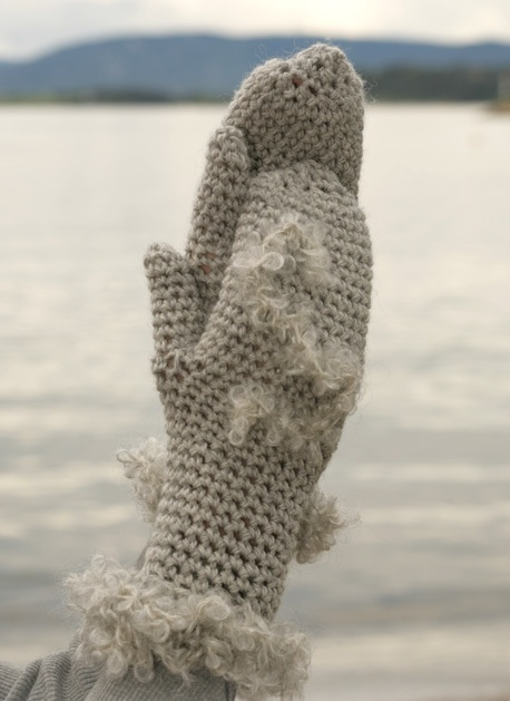 Для вязания варежек Вам портребуется: * пряжа: DROPS Alaska (100% шерсть, 50 г = 75 м) 100 г светло-серый и DROPS...