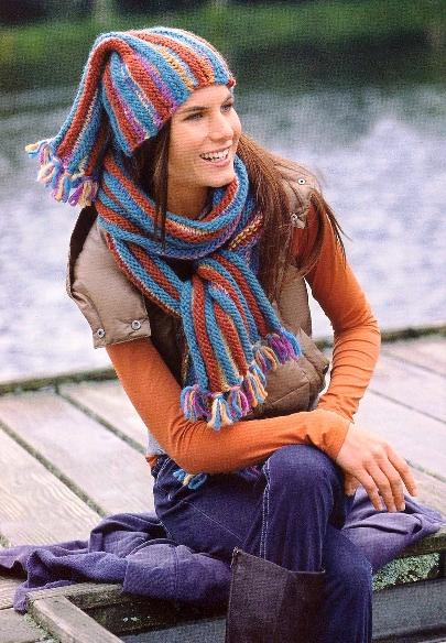 Длинный шарф и забавная шапочка связаны поперек и украшены короткой бахромой.