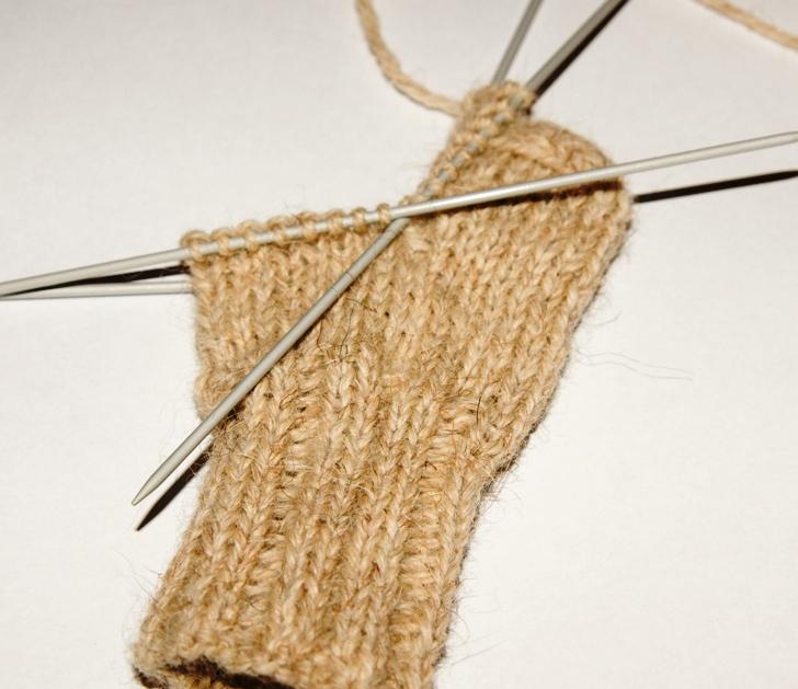 вязать носки на 5 спицах видео два простых способа как связать