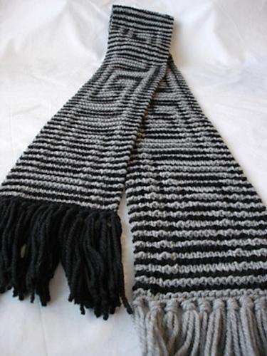 Мужской шарф с эффектным рельефным узором.  Шарф связан спицами.
