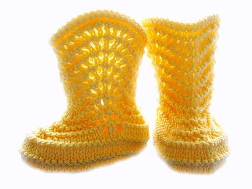 Описание: вязание спицами детских пинеток со схемой.