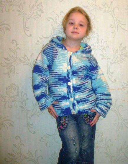 Пуловер для мальчика с капюшоном Рельефный пуловер с капюшоном для мальчика связан спицами узором с.