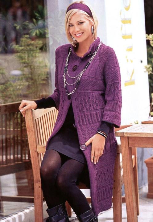 Описание вязания спицами узорчатого лилового пальто.