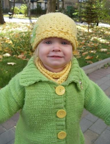 Вязание на спицах пальто и шапочка для девочки один год.