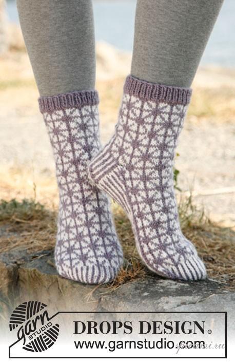 Очень красивые вязаные носки с геометрическим узором.