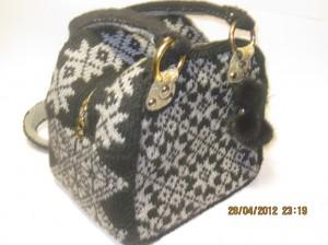 вязаная сумочка с узорами