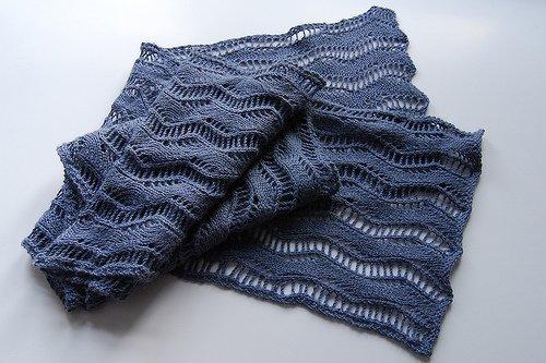 Но всё-таки для ажурного шарфа больше подойдёт блестящая...  На спицах можно связать очень прекрасный ажурный шарф.