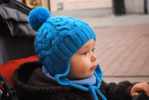 вязаная шапочка с косами для ребенка