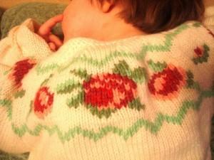 вышивка на вязаной кофточке