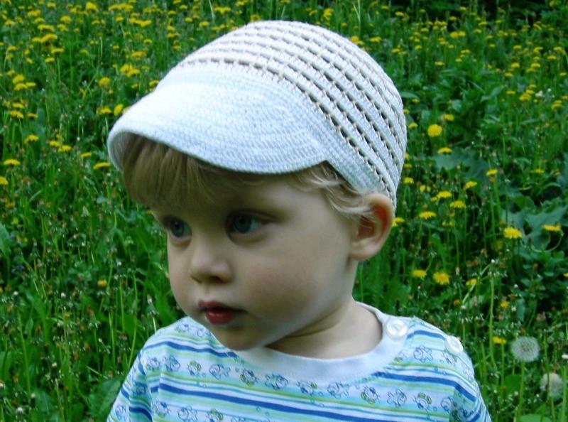 Связать шапочку с козырьком мальчику спицами видео