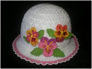 вязаная шляпка крючком с цветами