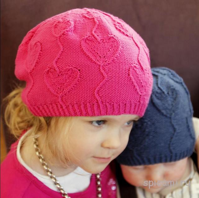 Вязанная шапка с сердечками