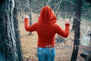 красивый вязаный пуловер с капюшоном и рельефным рисунком