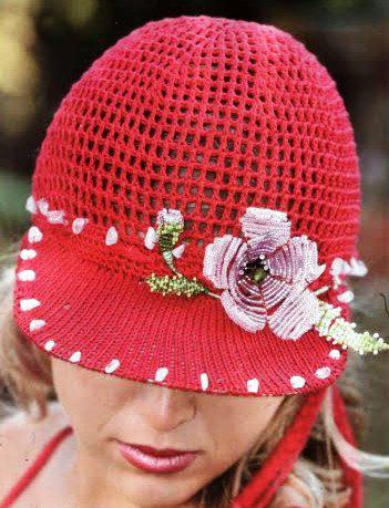 Вязаное кепи с цветком из бисера
