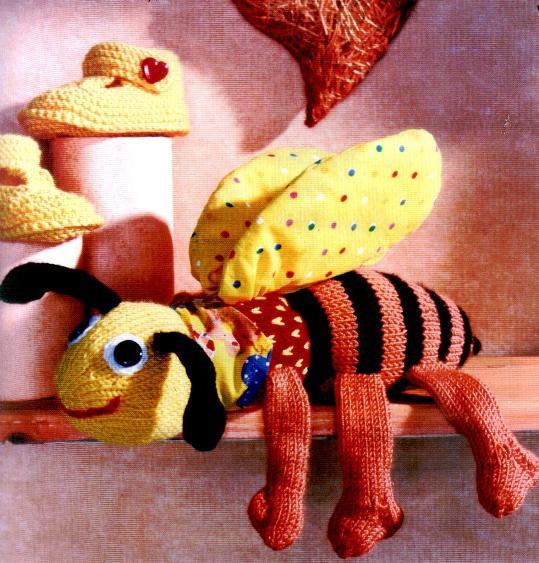 Вязаные пинетки и пчелка