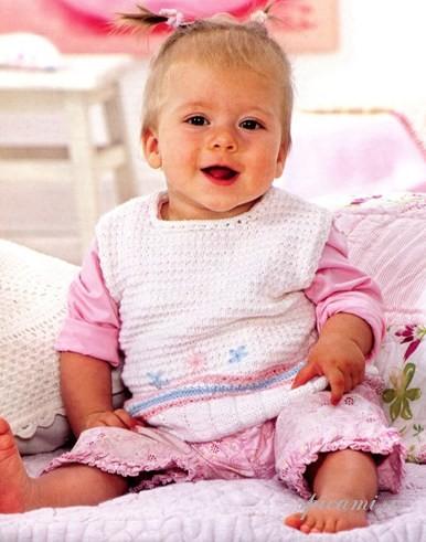 Вязаный жилет для малыша