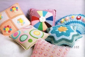 вязаная подушка для дома