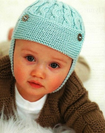 Вязаная шапочка-шлем с косичками