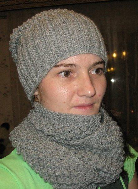 Вязаная шапочка и шарф узором «шиповник»