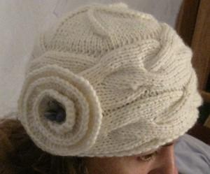 вязаная шапка с цветком