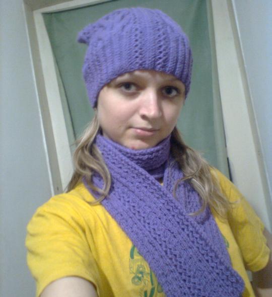 Вязаний берет с косами и шарф