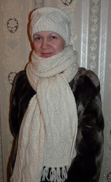 вязаная шапочка и шарф с косами