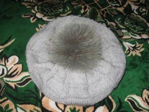 вязаная шапка-берет спицами