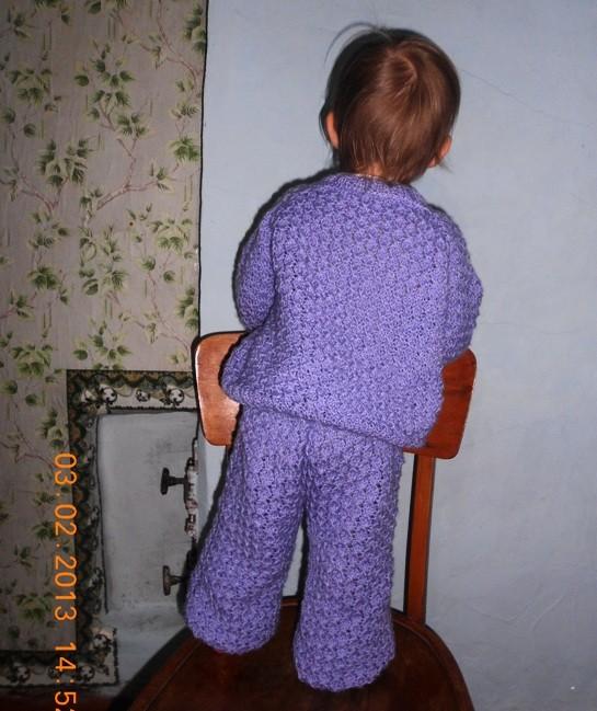 Вязаный костюмчик: кофточка и штанишки