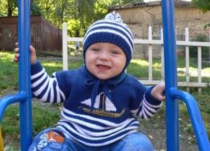 вязаный свитер с лодочками для мальчика