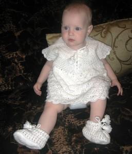 вязаное платье и пинетки крючком для девочки