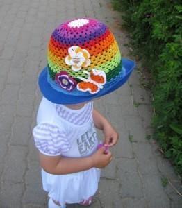 шляпка крючком яркая на лето