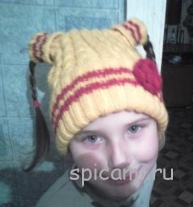 вязаная шапочка для девочки с отверстием для косичек