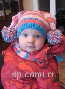 вязаная шапочка и шарфик с помпонами