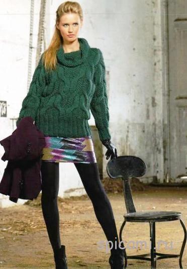 Зеленый пуловер с узором из кос