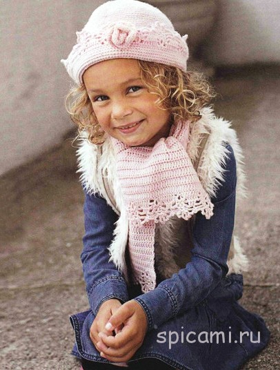 Вязаная шапочка и шарф для девочки на весну