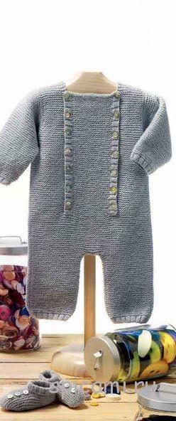 Вязаный комбинезон и пинетки для малыша