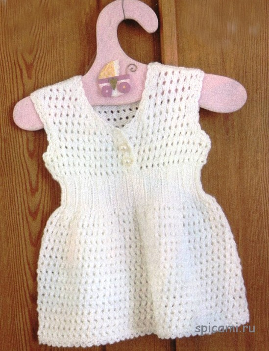 Белое платье с ажурным узором