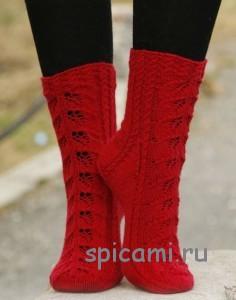 вязаные носки с ажурными листьями