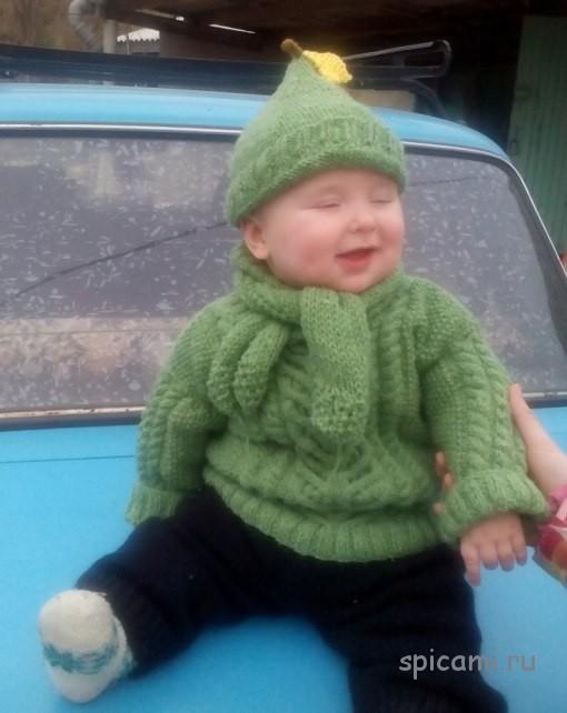 Вязаный свитер, штанишки, шапочка и шарф для малыша