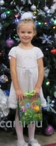 вязаное платье для девочки снежинка