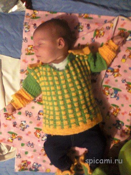 Вязаный свитер и пинетки на новорожденного