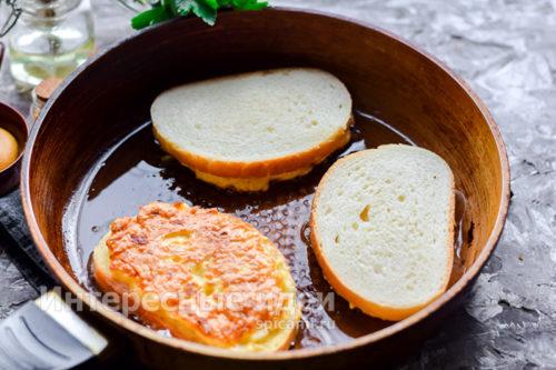положить бутерброды на сковороду начинкой вниз