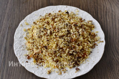 посыпать салат измельченными орехами