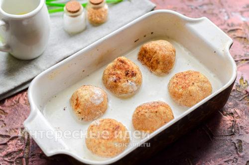 в форму выложить шарики, залить соусом