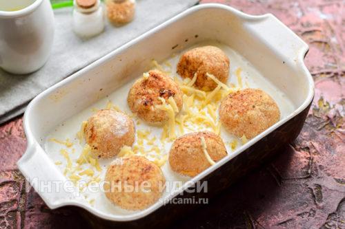 посыпать натертым сыром и запечь