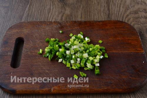 зеленый лук мелко порубить