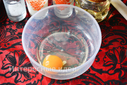 куриное яйцо разбить в миску
